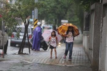 颱風來放假亂 立委、公民籲禁放半天