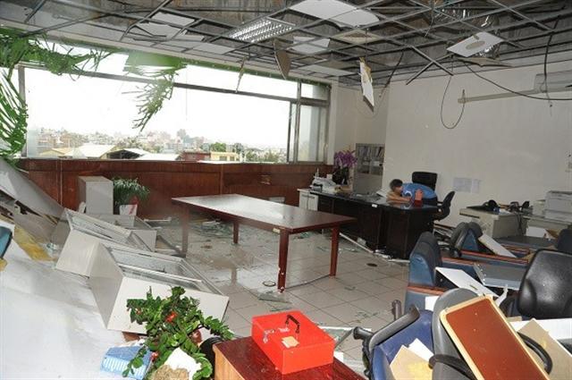 梅姬颱風27日在苗栗地區刮起10級以上強陣風,苗栗地檢署2、3樓辦公室大面玻璃碎裂,室內天花板和文件被吹得亂七八糟,書記官長賴廷鈞形容宛如「廢墟」,受災慘重。(中央社)