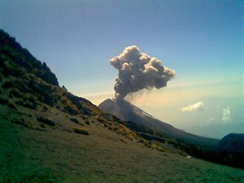 墨西哥火山爆發 約350人撤離