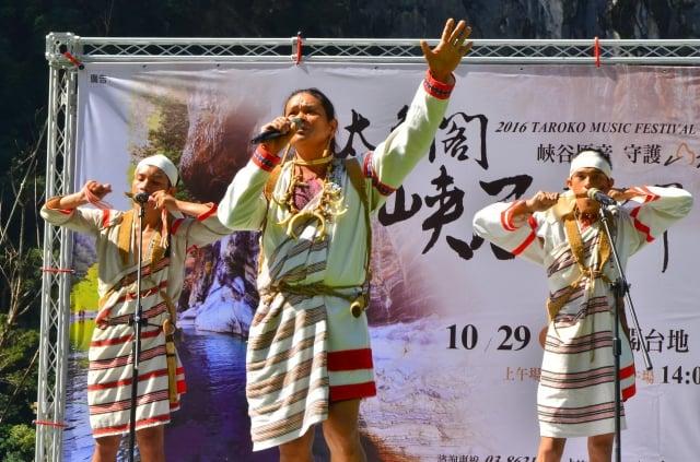 太魯閣峽谷音樂節即將登場,太魯閣族葛都桑音樂工作室彼得洛.烏嘎歌唱(中),並用自製的口簧琴吹湊,為太魯閣山林重現峽谷原音。