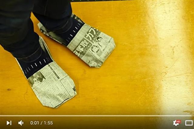 日本網民提供的方法,可以輕易地將報紙摺成拖鞋來使用。(視頻擷圖)