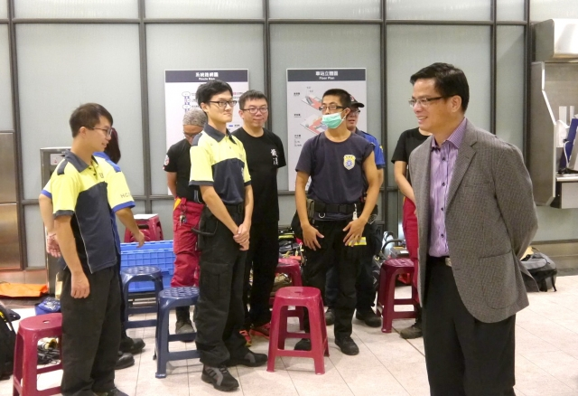 桃園市副秘書長邱俊銘(右)至《麻醉風暴》第二季拍攝現場探班。(桃園文化局提供)