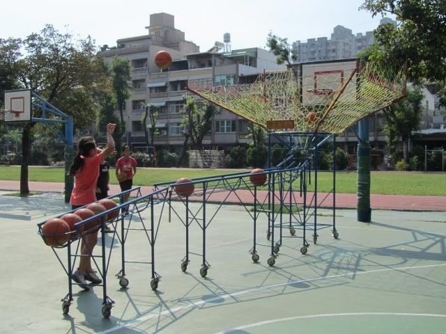 光華國小擁有獨一無二的投球練習器,「補球網」加上「滑球道」,可自行調整發球位置,讓球員專注練習準投。(記者李怡欣/攝影)
