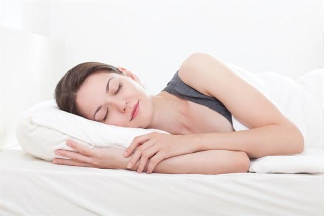 正確的睡姿有助於改善睡眠品質,讓惱人的病痛不再惡化,甚至達到舒緩的效用。(Fotolia)