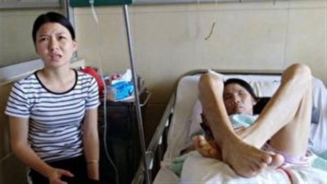 醫院病房裡,曹夢媛和她的母親(網路圖片)