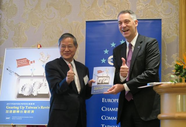 歐洲商會理事長白邦德(右)表示,員工更希望的是「彈性休假」。(中央社)