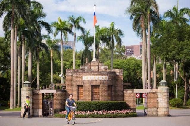 台大教授郭明良的癌症研究論文被質疑違反研究倫理,數據造假,台大14日表示,將由學院成立調查小組。圖為台灣大學。(記者陳柏州/攝影)