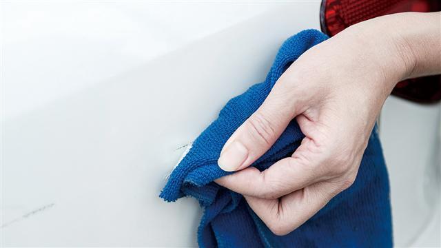 刮痕輕鬆去除,最後再使用T-CUT色彩刮痕修復蠟 或T-CUT烤漆修復亮光蠟,恢復原來的光澤和保護修復區域。(愛車褓母提供)