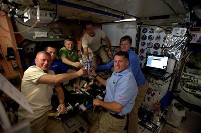 一群來自世界各國的太空人,在國際太空站上一起享用由脫水食物組成的特別「太空感恩大餐」。(NASA)