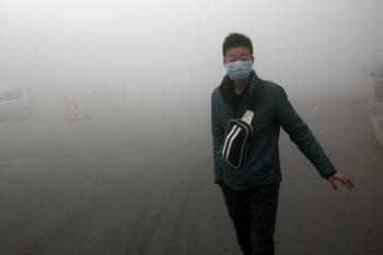 不許帶口罩!陸學校:心中有陽光,霧霾終究會散去