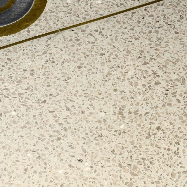 豐境建設「敘美」大廳留有一小段磨石子地面,原料為大廳大理石損料。