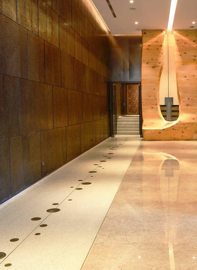 位於公益路商圈的「敘美」大廳藝術性極高。左邊有條面積較小的磨石子地板,石子原料取自大廳大理石損料磨成約2分大小,加上抿石泥而成。其上並採用了黃銅、不鏽鋼圖案設計,困難度大增。(記者龔安妮/攝影)