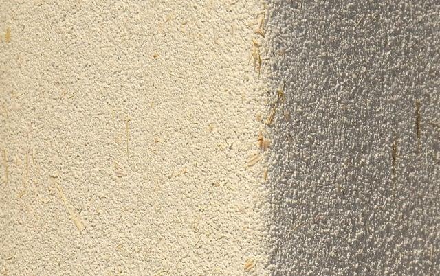 稻草桿有除濕功能,豐境建設到大雅撿拾數麻袋,應用在「敘美」牆面。