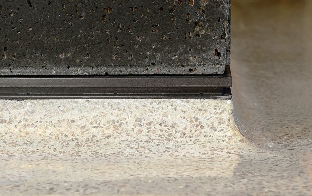豐境建設公設大廳磨石子收邊工法新穎,其上為黑洞石。