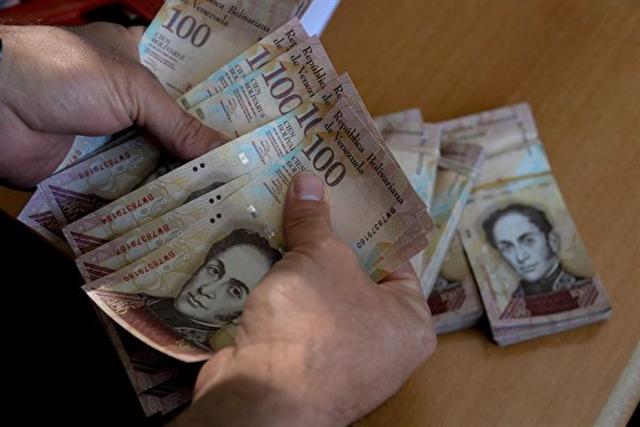 根據委內瑞拉央行的數據,11月該國有超過60億的100面值玻利瓦爾鈔票,占到所有紙幣金額的48%。換句話說,委內瑞拉將廢除一半的紙幣流通。 (FEDERICO PARRA/AFP/Getty Images)