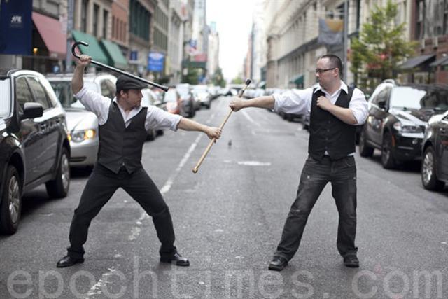 在紐約市18街,Brad Gibson和Jesse Barnick在用巴頓術進行搏擊。(攝影:鮑蜜兒/大紀元)