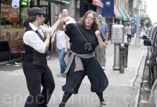 在紐約市18街,Jesse Barnick (左)和Rachel Klingberg(右)在用巴頓術進行搏擊。(攝影:鮑蜜兒/大紀元)