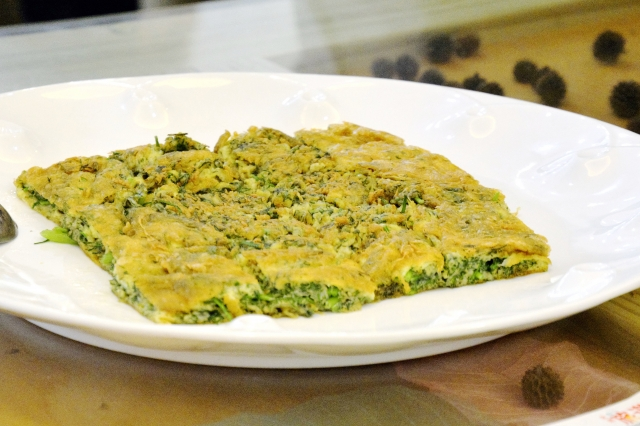 茴香煎蛋這道菜看似簡單,但要把蛋煎得完美成型,還能保持濕潤多汁,就需要豐富的經驗。(攝影/玫玲)