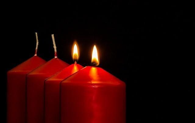 以為對方來借蠟燭,沒想到小男孩來送蠟燭。(Pixabay.com)