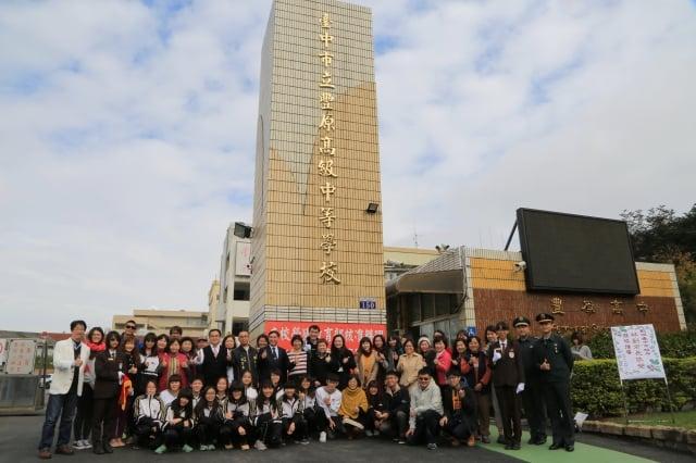 副市長林依瑩與豐原高中師生見證豐中改隸為市立高中歷史性的一刻。(台中市政府提供)