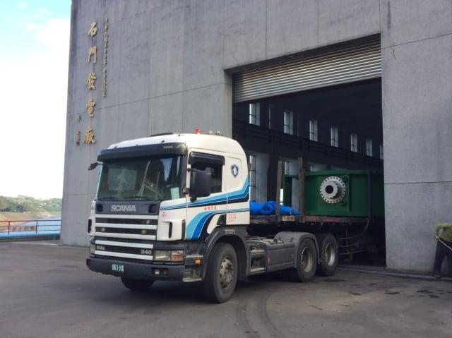 石門發電廠複葉閥工程進行安裝作業。