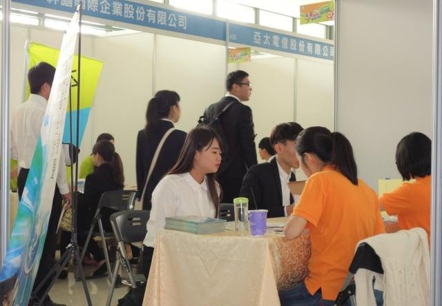 僑光科大第4年舉辦實習博覽會暨媒合活動,同學們盛裝出席爭取實習機會。(記者黃玉燕/攝影)