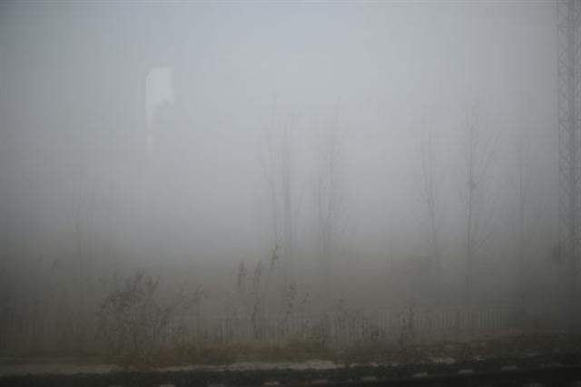 大陸多個城市籠罩在重度陰霾之下,有些地區能見度甚至為0。圖為6日,山東,濱州火車站。(大紀元資料室)