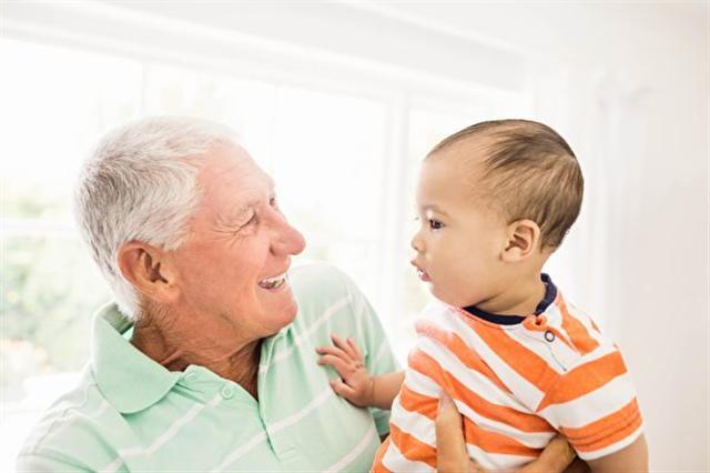 日本的研究發現,人們在40歲以後會出現一種「老人味」。圖為一名老人和其孫子。(Fotolia)