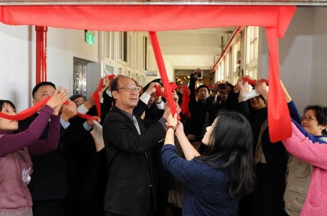 矯正署長巫滿盈及來賓共同主持培英書院揭牌儀式(誠正中學提供)
