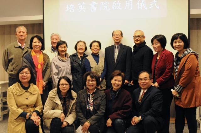 矯正署長巫滿盈(後排右4)、誠正中學校長顏弘洺(前排右1)與培英志工團隊合影留念