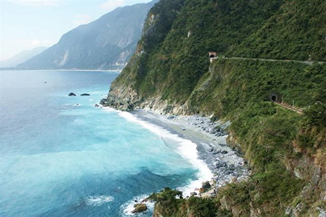清水斷崖-屬於大陸與海洋板塊界限斷層延伸,形成罕見幾近90度垂直斷崖面的「清水斷崖」第8名。(行政院農業委員會林務局)