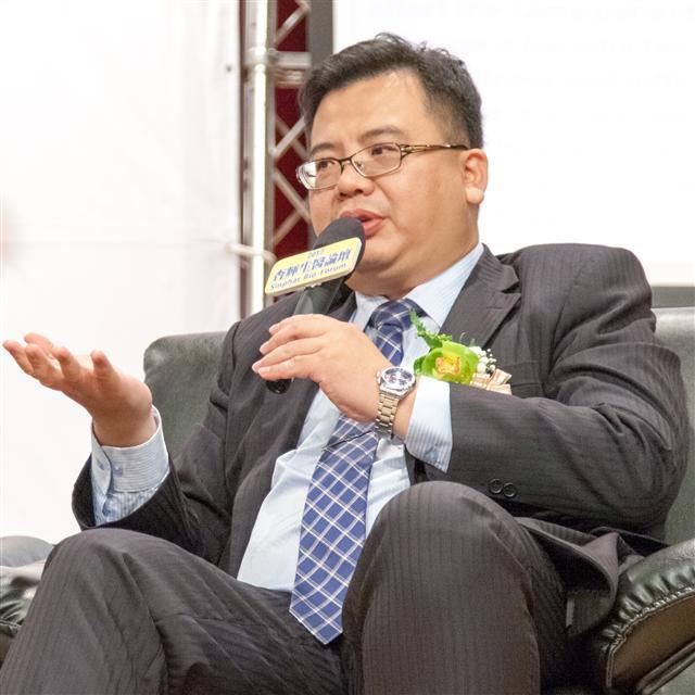 杏輝專櫃廖仁睦藥師參與生醫論壇討論。(杏輝藥品提供)