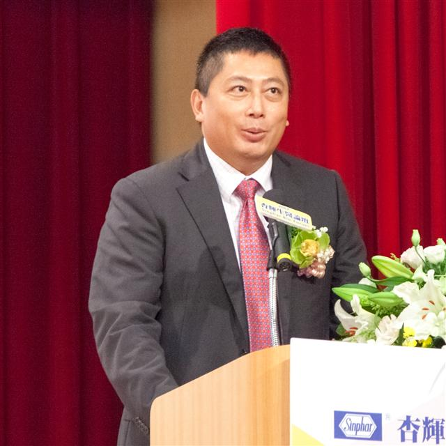杏輝集團李易達副董事長致詞歡迎並說明舉辦生醫論壇的目的。(杏輝藥品提供)