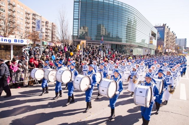 圖為法輪大法天國樂團隊伍,參加由法拉盛華商會主辦的「紐約華人新年大遊行」。(記者戴兵/攝影)