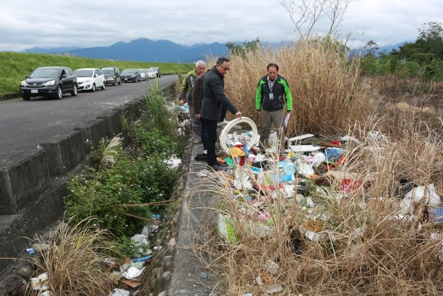 三星鄉長黃錫墉(左前)、清潔隊長蕭景池(右)及尾塹村長張呈漢到尾塹堤防遭偷倒廢棄物現場勘查。(記者曾漢東/攝影)