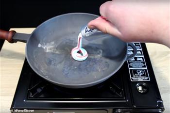 【影片】他把牙膏擠進燒熱的鍋裡 結果匪夷所思