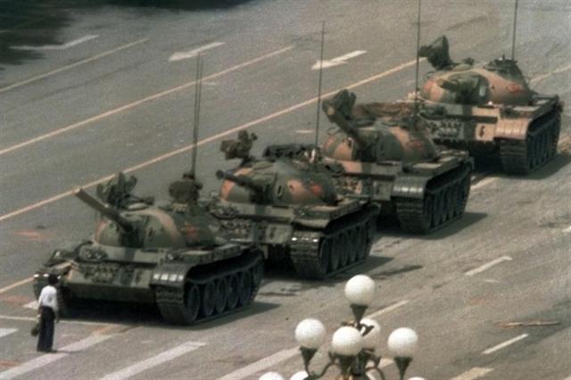 1989年的六四天安門事件,中共不處理貪腐的問題,反而用坦克、機槍殺害學生和市民。圖為市民試圖阻擋進京的中共坦克。(網絡圖片)