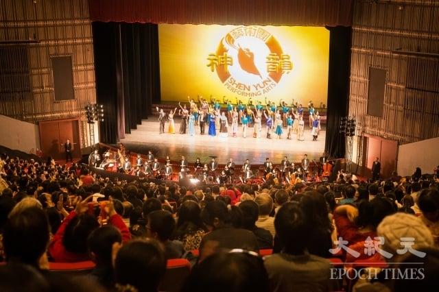 美國神韻紐約藝術團19日下午在台北國父紀念館舉行演出,演員向台下熱情的觀眾謝幕。(記者陳柏州/攝影)