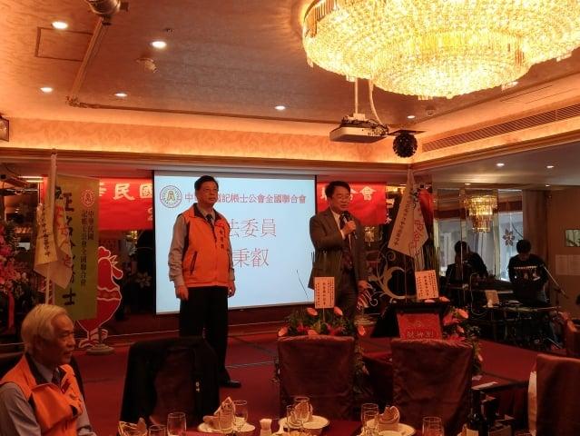 民進黨立委吳秉叡(拿麥克風者)出席會議並致詞。