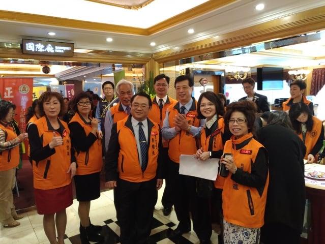中華民國記帳士公會全國聯合會21日在台北市天成飯店舉辦新春團拜。圖為該會理事長黃明朝(右三)和副理事長周秀原(右二)率領會員合照。