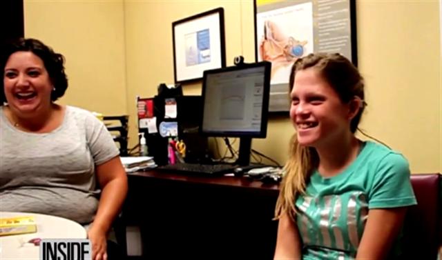 14歲美國女孩布里亞娜(Breanna)生平第一次清晰地聽到媽媽的說話聲。(視頻截圖)