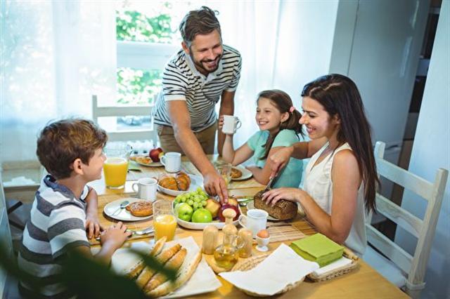 專家說,早餐對於學齡兒童而言特別重要,會影響其健康和學業成績。圖為一家人一起吃早餐。(Fotolia)