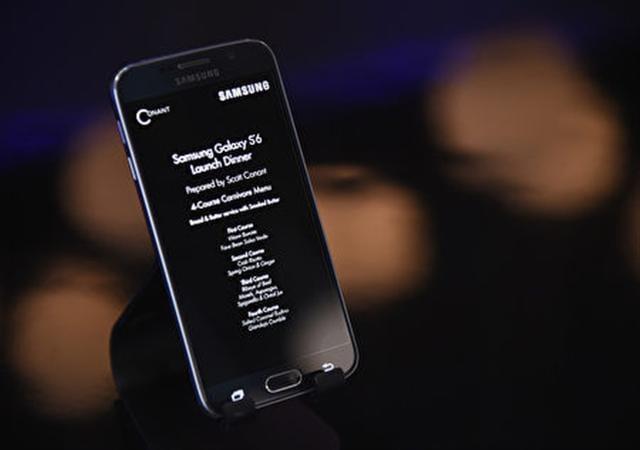2015年4月三星在紐約發布新機Galaxy S6。(lya S. Savenok/Getty Images for Samsung)