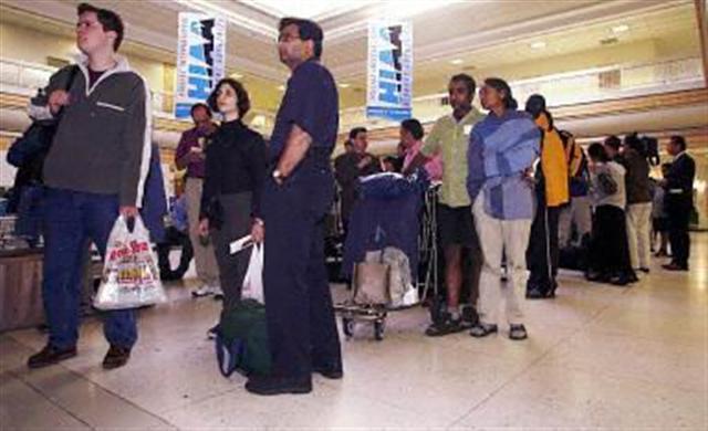 加拿大機場等待入境的旅客(法新社)