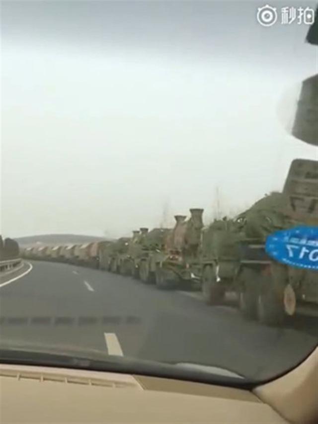 網傳影片顯示,中國東北瀋丹高速公路上疑似出現中共軍S-300PMU2防空導彈車隊。(影片截圖)