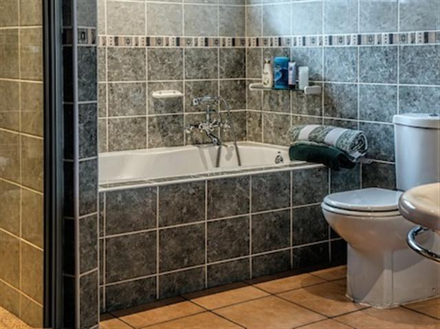 對把電子產品帶進浴室,人們需要警惕。(Pixabay)