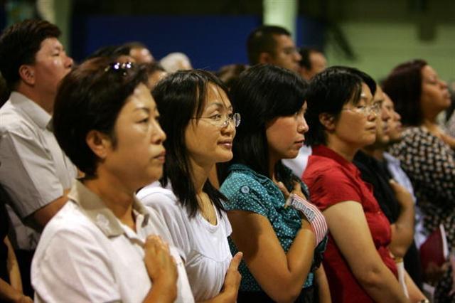 美國政府數據顯示,近年來申請入籍的外國人中,亞洲人比例最高。(Photo by David McNew/Getty Images)