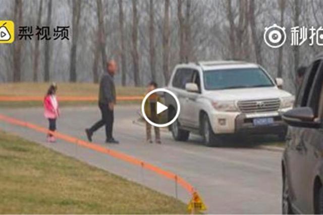 大陸動物園再曝險情,3月19日,有遊客在北京野生動物園白虎區多次下車。圖為事發現場。(視頻截圖)