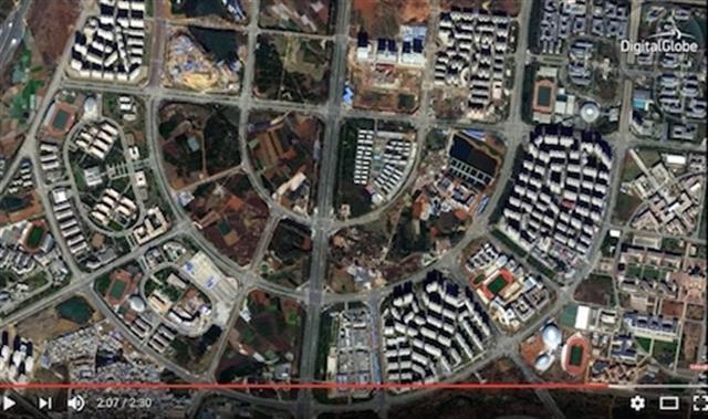 從呈貢區大面積、縱橫交錯的公路可看出,該區有著龐大的計畫。但道路仍然大多被空置,許多街區依然是農田。(Youtube視頻截圖)