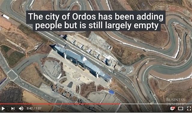 鄂爾多斯是內蒙古另一個臭名昭著的「鬼城」。據報導,人員正進駐該市,但仍有很多未售出的住房和未完工的項目。(Youtube視頻截圖)